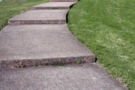 Ilustrační foto (www.shutterstock.com), mírně svažité betonové schody do mírného svahu