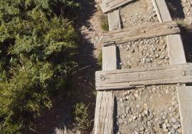 Ilustrační foto (www.shutterstock.com), staré schodiště ze železničních pražců