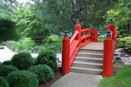 Ilustrační foto (www.shutterstock.com), monolitické betonové schody jako součást můstku v japonské zahradě