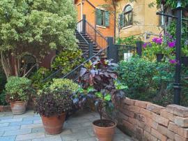 lustrační foto (www.shutterstock.com), kovové schody s dřevěnými stupnicemi