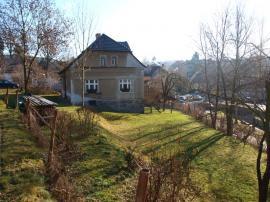 Foto: ČESKÉSTAVBY.cz, torzo plotu v horní části zahrady, zde bude dřevěný plot s předsazenými druhy dovnitř zahrady, vysazenými v jedné rovině namátkově