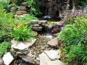 Ilustrační foto (www.shutterstock.com), jezírku s vodní kaskádou dominují velké ploché kameny, které vodu lemují, na dně vodních prvků najdeme oblázky