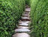 Ilustrační foto (www.shutterstock.com), řešení mírného svahu kamennými šlapáky tvořícími schodiště
