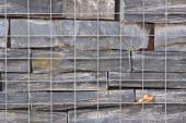 Ilustrační foto (www.shutterstock.com), kombinace kamene a dřeva v opěrné zdi - při vhodné volbě materiálu nepoznáte rozdíl