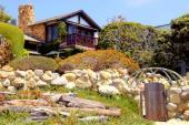 Ilustrační foto (www.shutterstock.com), jak jinak - zahrada ve svahu a kámen, hodně kamene, přesto s citem, volně ložené plavené dřevo před zídkou je kompozičním vykřičníkem, který však příliš nekřičí