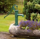 Ilustrační foto (www.shutterstock.com), a ještě jednou, tentokrát s dekorační starou pumpou (kobinace dřeva a kovu)