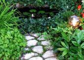 Ilustrační foto (www.shutterstock.com), vodní prvek a kámen - neodmyslitelné, vše obklopuje zeleň