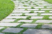 Ilustrační foto (www.shutterstock.com), betonové šlapáky obrostlé trávou, po této cestě lze jezdit i automobilem