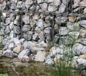 Ilustrační foto (www.shutterstock.com), kameni nevadí ani drát - proč kamennou zídku zdít, když nemusíme?