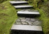 Ilustrační foto (www.shutterstock.com), rozbití mohutných kamenných schodů kamennou dlažbou z menších přírodních kamenů