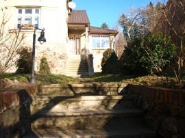 Foto: ČESKÉSTAVBY.cz, jižní přístup k domu v současném stavu