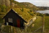 Ilustrační foto (www.shutterstock.com), zelená střecha - trávník na šikmé střeše, tradiční norský styl