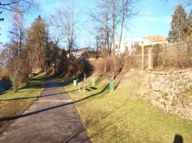 Foto: ČESKÉSTAVBY.cz, pohled na spodní hranici zahrady v současném stavu
