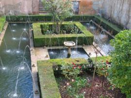 Ilustrační foto (www.shutterstock.com), dochované zahrady v Alhambře, Granada