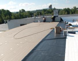 Ilustrační foto (www.shutterstock.com), zateplení a hydroizolace ploché střechy