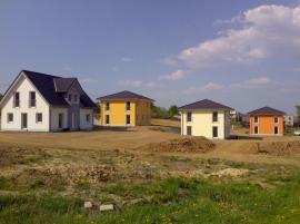 3 domy ICON 4.02 City v různém barevném provedení fasády, pohled z nepřístupového boku domu