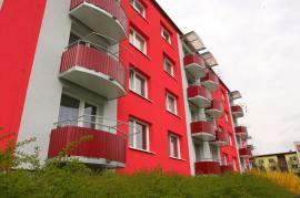 Foto: Lindab, Zdařilé rekonstrukce bytových domů. Opláštění přizvednuté atiky i balkonů stěnovým trapézovým plechem ve stejné barvě jako střešní krytina a odvodnění okapovým systémem LindabRainline vhodně kontrastuje s barevným provedením fasád.