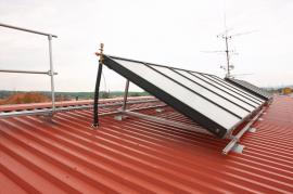 Foto: Linda, Na šikmé střeše provedené vroce 2006 systémem LindabRoof byly vroce 2010 dodatečně instalovány 3 solární  panely o rozměru 6x2 m na jižní rovinu střechy, doplněné o pochozí lávku Lindab Safety po celé délce hřebene pro snadný přístup.