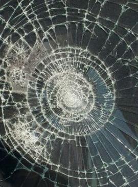 Foto: D&L mont, okno s ochrannou bezpečnostní fólií po rozbití skla