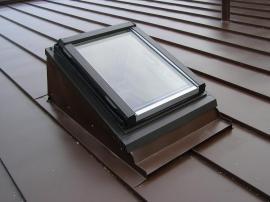 Foto: ROTO stavební elementy, střešní výlez Roto WDA 315 ve zdvihovém rámu na ploché střeše