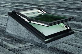 Foto: ROTO stavební elementy, střešní okno Roto Designo R8 ve zdvihovém rámu na ploché střeše