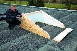 Foto: ROTO stavební elementy, ukážka montáže zdvihového rámu na plochou střechu