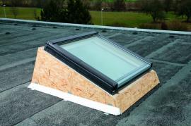 Foto: ROTO stavební elementy, ukázka montáže zdvihového rámu na plochou střechu