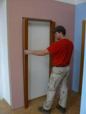 Foto: www.masonitecz.com, montáž posuvných dveří na zeď