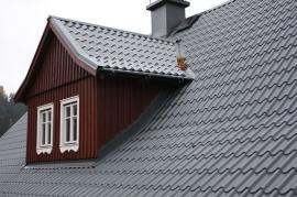 Výhodou krytiny Lindab Topline je kromě bezúdržbovosti také její velkoformátové provedení, pokládá se vpásech, které jsou 1m široké a až 6m dlouhé. Plocha střechy je celistvá sminimálním počtem spár a nehrozí zafukování sněhu pod krytinu.
