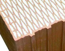 Foto: HELUZ, dutiny cihelného bloku jsou vyplněné polystyrenem