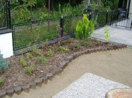 Foto: SLZA, realizovaná zahrada - výsadba u plotu