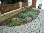 Foto: SLZA, realizovaná zahrada - výsadba u oplocení
