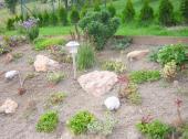 Foto: SLZA, realizovaná zahrada - právě osázený uměle vytvořený svah
