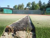 Foto: Capro, poškozený asfalt pod povrchy tenisových kurtů