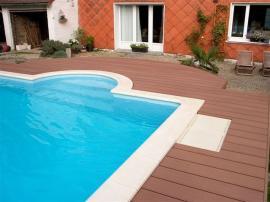 Terasová prkna Silva Palisandr kolem bazénu, ideální povrch pro tento účel.