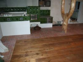 Foto: PODLAHY HEBÍK, kombinace masivního dřeva a dlažby