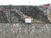 Foto: www.rothfuss.de, netradičně mozaikovitě volené odstíny kamenů, i u gabionů je prostor pro výtvarno