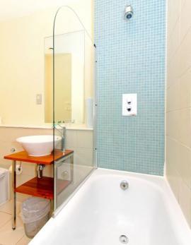Ilustrační foto (www.shutterstock.com), vana i sprchový kout v jednom - stačí zástěna