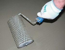 Provibrování pomocí ježka pomůže k odstranění vzduchových bublinek, které ve směsi vznikají při míchání. Pomůže také dokonalému znivelování vylité plochy.