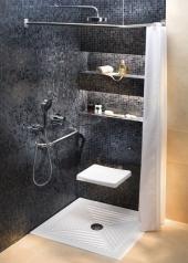 KOLO – ABELE: Keramická sprchová vanička sprofilovaným dnem, 70 x 70 cm, hloubka 7 cm: 7.409 Kč. KOLO – LEHNEN – FUNKTION: Sedátko zABS plastu - nerez základ pro uchycení do stěny a jednoduché madlo o rozteči 60 cm + věšák sprchového závěsu.