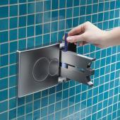 KOLO – TECHNIC – SmartFresh: Unikátní systém šetrný vůči armaturám, díky němuž lze hygienicky vložit desinfekční tyčinku do WC tlačítka, odtud tyčinka putuje do nádržky, a do styku svodou přichází pouze při spláchnutí.