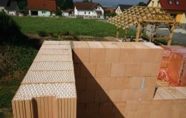 Foto: Heluz, realizace stavby sobvodovým zdivem z broušených cihel HELUZ Family 2in1