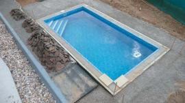 Foto: KNAUF, nátěr vnitřního pláště domácího betonového bazénu materiálem Knauf TS 730