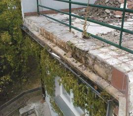 Původní stav balkonu – odfouknutá dlažba, lepená na standardní typ lepidla, nefunkční hydroizolační ochrana před průnikem srážkové vody