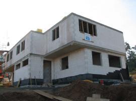 Probíhající práce: hrubá stavba, předsazená montáž oken Internorm