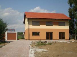 Probíhající práce: dům dokončen, obydlen, dosažena vynikající vzduchotěsnost Blower-door n50=0,15 h-1