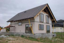 Probíhající práce: hrubá stavba, montáž oken, zateplovací systém