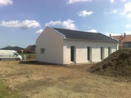 Probíhající práce: dům je dokončen, obydlen