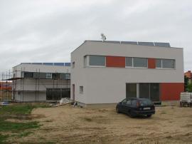 Probíhající práce: ze souboru 14 domů postaveny 2, jeden obydlen – nepřístupný, druhý těsně před nastěhováním, instalovaná veškerá technika – možnost prohlídky
