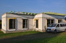 Probíhající práce: hrubá stavba, předsazená montáž oken Internorm – novinka Thermo pasiv